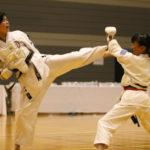 小学生5・6年女子個人組手優勝 工藤心晴選手(左)